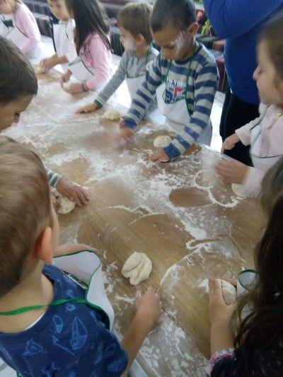 Ние можем да месим тесто за хляб - ДГ 133 Зорница - София, Изгрев